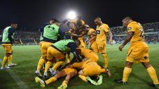 Unidos. En el último partido de local, los jugadores canallas festejan tras el gol de Almada.