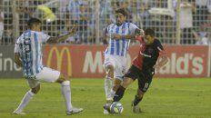 Maxi Rodríguez se la lleva ante Erbes y Cabral sale a cortarlo. La Fiera metió algunos pases propios de su talento.
