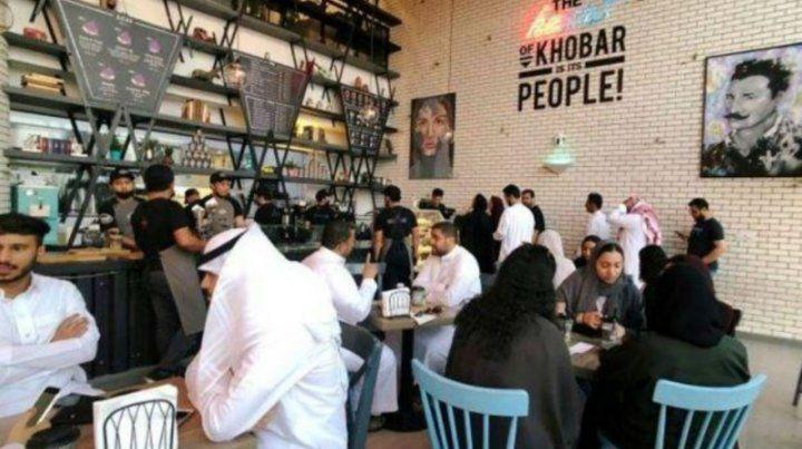 Arabia Saudita elimina la segregación de hombres y mujeres en restaurantes