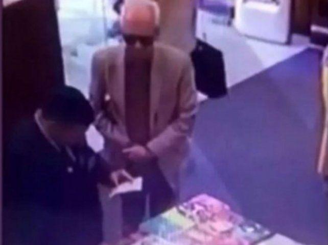 El embajador de MéxicoÓscar Ricardo Valero Recio Becerra fue sorprendido robando un libro.