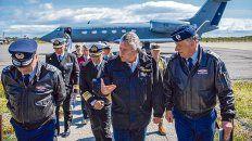 operativo. El ministro de Defensa chileno, Alberto Espina, llega a la base aérea de Punta Arenas.