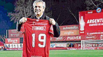Hincha del bicho. Alberto Fernández está contento porque su equipo está en la cima de la Superliga.