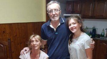 en casa. Tognoli junto a su esposa y su nieta la tarde de ayer.