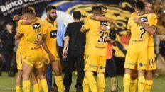 Festejo. Los jugadores canallas celebran el triunfo frente a Boca en el último partido del año. El equipo de Cocca se despidió de buena manera ante sus hinchas.