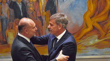 abrazo. Omar Perotti asistió a la asunción de Emilio Jatón, su primera actividad oficial como gobernador.