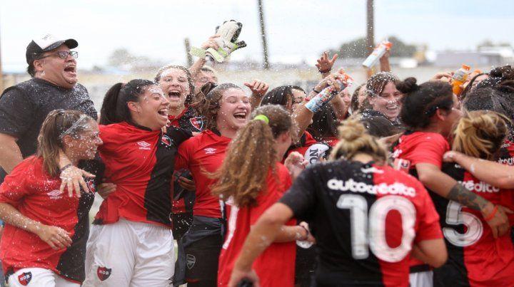 Hay que saltar. El equipo rojinegro femenino celebró al grito de dale campeón en el centro de la cancha de Paulo VI.