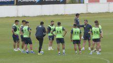 Mucha atención. Diego Cocca habla en plena práctica canalla, mientras Almada, Pereyra, Villagra, Ayala, Allione, Ojeda, González, Marinelli y Riaño escuchan atentamente al entrenador.