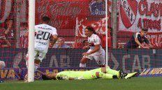 Corrida. Fontanini ya impactó el centro de Bíttolo y metió un cabezazo contra el palo de Campaña, quien quedó tendido.