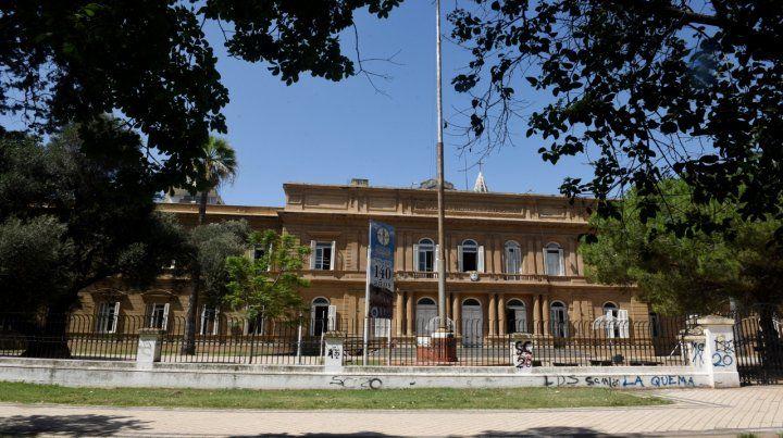 La institución. La escuela de Entre Ríos al 1100 quedó en el ojo de la tormenta.