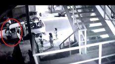 La mujer se ubicó al lado del vehículo donde estaba su exmarido y discutió con él.