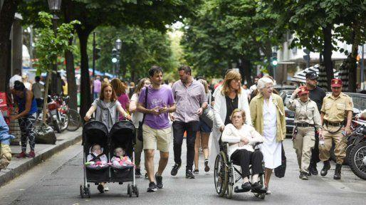 Una buena cantidad de público ocupó calle Córdoba a los pocos minutos de transformarse en peatonal.