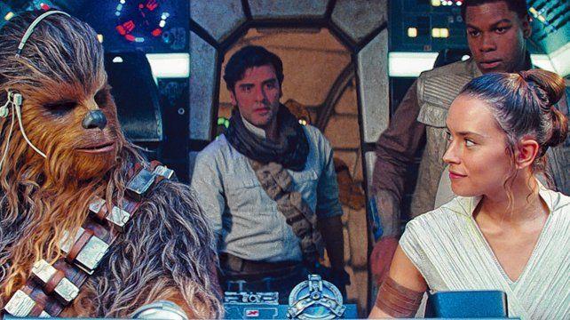 """Los protagonistas. Chewbacca, Poe Cameron y la joven Rey en una escena clave de """"Star Wars: el ascenso de Skywalker"""", que se estrena el jueves."""