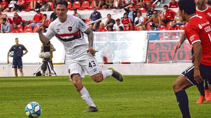Talento tatuado. Aníbal Moreno lleva la pelota con clase y prestancia. Ante Independiente