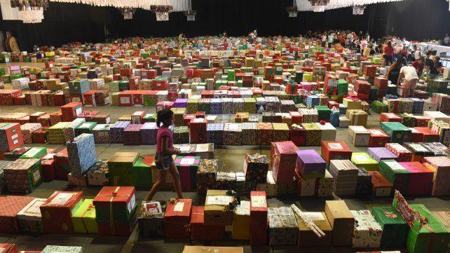 Tres mil cajas. Fue lo que se recolectó ayer en un salón de eventos y que luego se trasladó a los barrios.