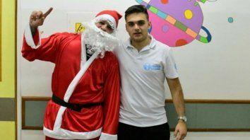 momentos esperados. Papá Noel junto a Juan Schnaider, listos para repartir los juguetes.