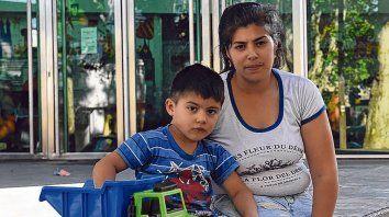 espera. Mónica Hidalgo junto a su hijo acompañan a Francesca, internada desde hace 3 meses en el Vilela.