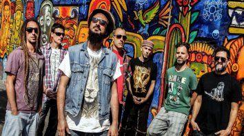 Nonpalidece, el septeto porteño liderado por Néstor Ramljak (centro), presenta un show al aire libre con todo el universo del reggae.