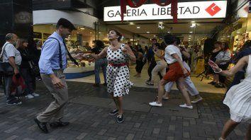 A bailar de noche. El público se sumó con alegría a las propuestas en los centros comerciales.