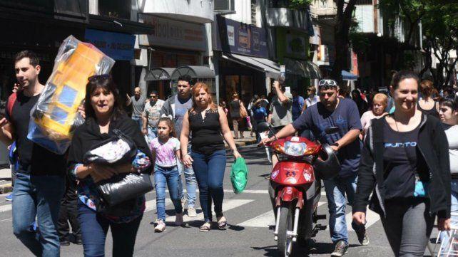 Calle San Luis fue invadida por el público en busca de regalos para Navidad