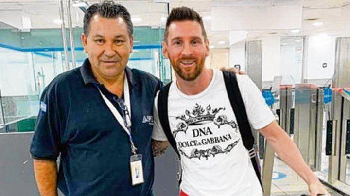 En suelo rosarino. Una de las pocas imágenes de Lionel Messi al llegar al aeropuerto Islas Malvinas para pasar las fiestas.