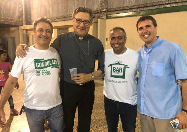 Monseñor Martín estuvo en el asado solidario.