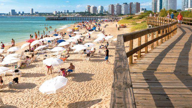 Playa Mansa. Uno de los balnearios más bonitos y recomendados para visitar y disfrutar en la cálida ciudad de Punta del Este. Cada año se convierte en uno de los escenarios más elegidos por los veraneantes.