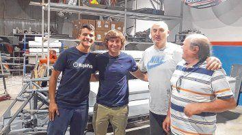 El último. Jhonnito De Benedictis junto a su tío, flanqueado por Horacio Soljan y su hijo Nico,en los talleres. Llegó antes de Nochebuena.