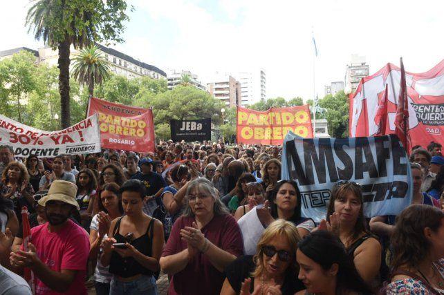 Los estatales protestaron hoy frente a la sede local de gobernación.