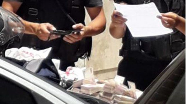 Efectivos policiales cuentan el dinero secuestrado a los delincuentes.