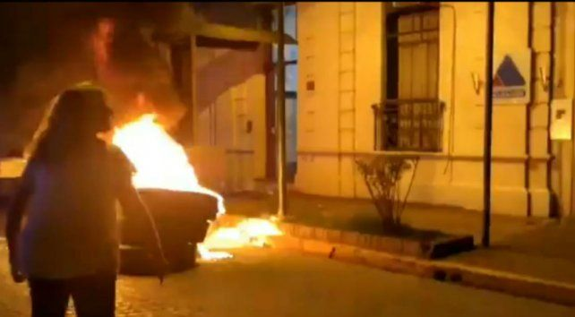 Los manifestantes quemaron cubiertas frente a la sede del Ministerio Público de la Acusación (MPA).