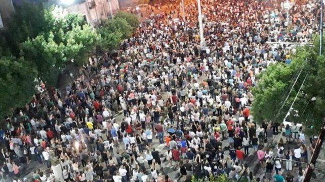 Masiva. Unas 5 mil personas marcharon la noche del jueves por las calles de Rafaela pidiendo más seguridad.