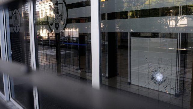Impacto. Al menos cuatro balas dieron contra los cristales del Centro de Justicia Penal, sobre calle Mitre.