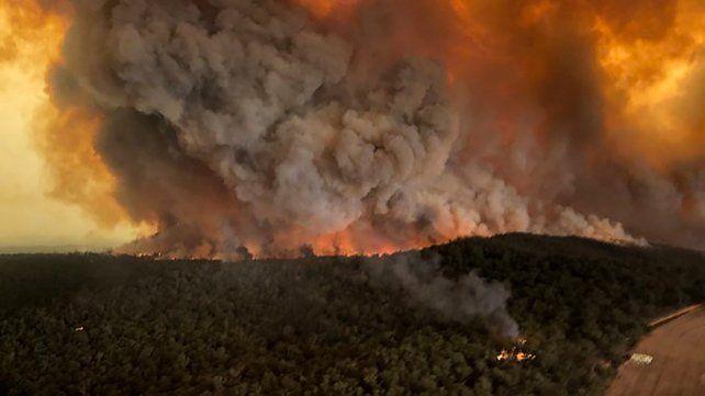 Impresionante. Un fuego imparable consume un bosque en Bairnsdale. La actual es la peor temporada de incendios en la historia del país.