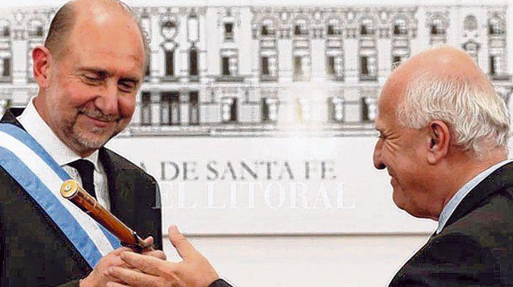 traspaso. Perotti recibe el bastón de Lifschitz minutos después de denunciar un pacto entre Estado y delito.