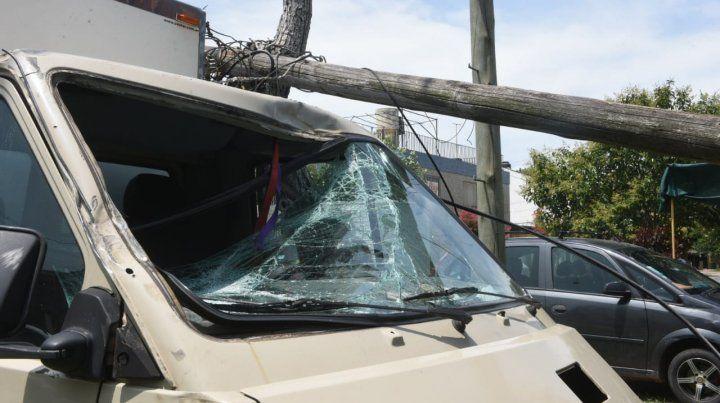 Un camión enganchó los cables de luz y tumbó dos columnas