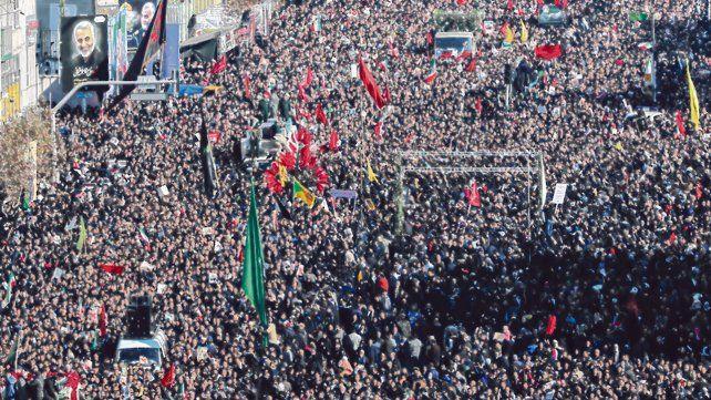 Imponente. Una gigantesca multidud despidió al asesinado Soleimani en las avenidas de Teherán.