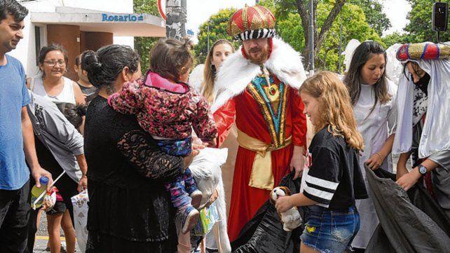 Obsequios. Los chicos se acercaron a los Reyes Magos.