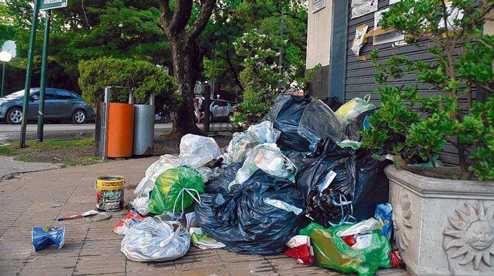Enojo. En el final de la anterior gestión los vecinos reclamaron arrojando la basura en la Municipalidad.
