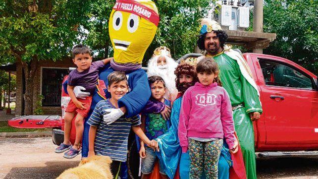 Regalos y sonrisas. Los Reyes generaron alegría en los chicos.