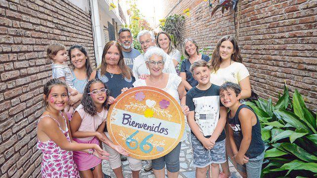 de fiesta. Los vecinos del pasillo de 9 de Julio al 100 hicieron el primer festejo del lugar donde viven. Más que vecinos