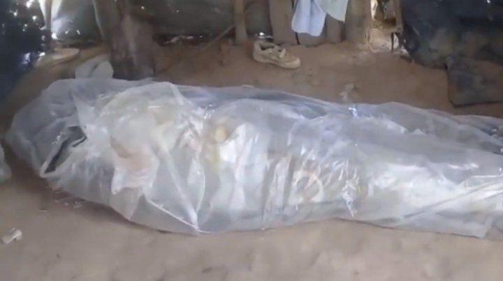 Lo enterraron envuelto en plástico porque no tenían plata para un ataúd