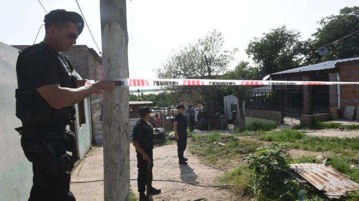 Un hombre murió apuñalado en una pelea familiar. Buscan al hijo como presunto autor del crimen.