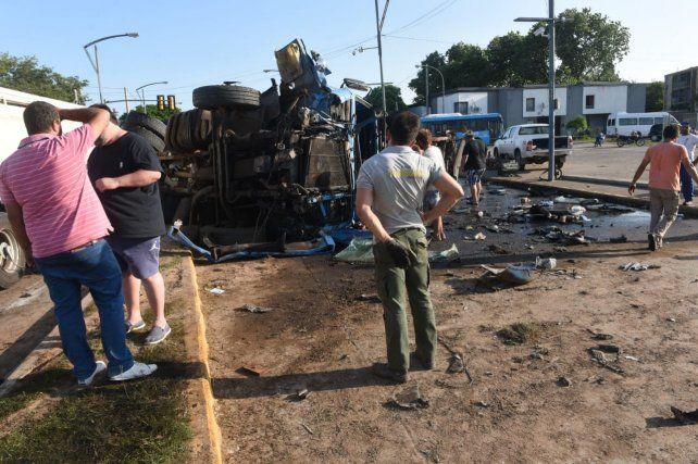Dos camiones protagonizaron un impactante choque tras colisionar de frente en barrio Rucci