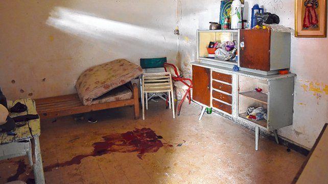 La escena. La mancha de sangre muestra el lugar de la humilde habitación donde cayó sin vida Matías Amaral.