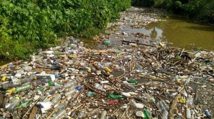 acumulado. El plástico es los que más contaminan el agua.