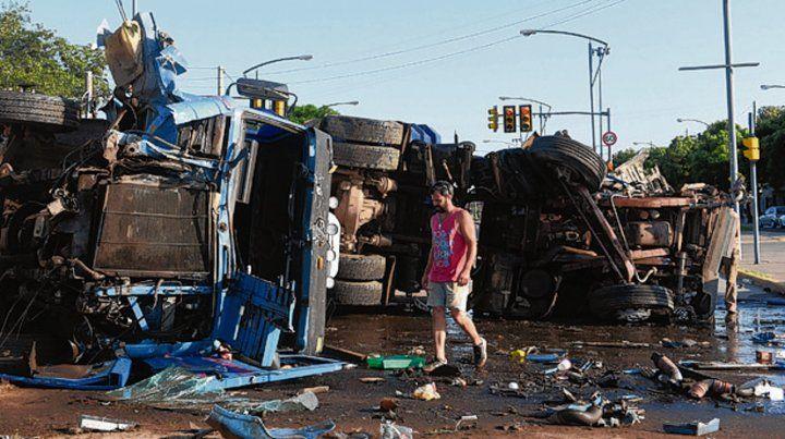 Tremendo. Los dos camiones quedaron destrozados.