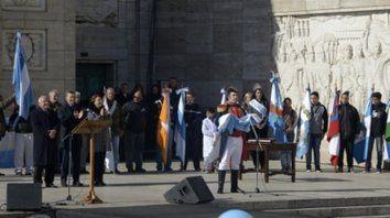 recreación. Cada 20 de Junio, un actor interpreta a Manuel Belgrano en el Monumento y les toma la promesa de fidelidad a la bandera a cientos de alumnos.