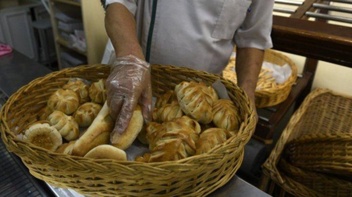 manos en la masa. El kilo de pan en las panaderías de Rosario ronda entre lo s80 y los 100 pesos.