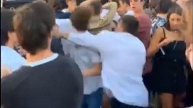 El impactante video de la trompada a traición a un chico en una fiesta en Punta del Este