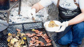 Curanto. El método tradicional milenario de cocinar alimentos del pueblo mapuche.